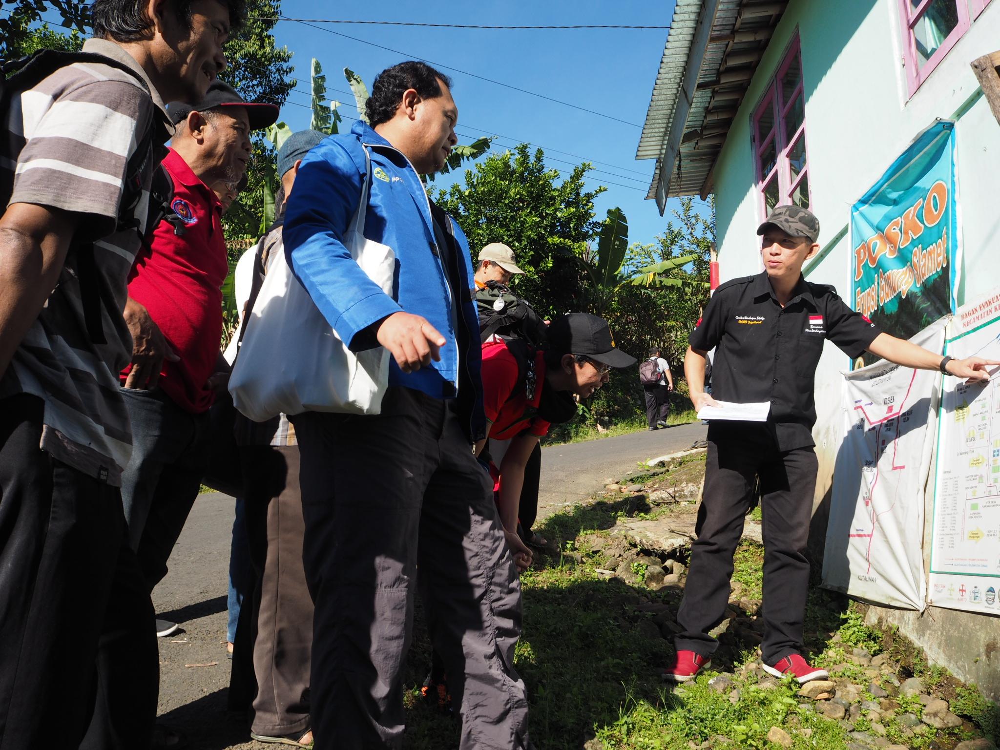 Studi lapangan para peserta Pelatihan SPHERE Sektoral di Desa Melung. Foto: Martin Dody K