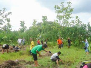 Para peserta  ketika berkunjung ke Wahana Edukasi Konservasi Lingkungan Hidup dan Edukasi Pertanian Terpadu 'Mentul Ijo', di Dusun Mentul, Desa Karang Boyo, Kecamatan Cepu. (Foto: Dokumentasi KARINA)