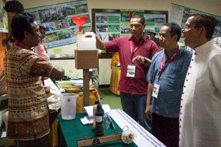 Pak Anselmus Raja, wakil Caritas Keuskupan Maumere, menjelaskan alat pengukur curah hujan sederhana kepada Mgr. Martinus Dogma Situmorang, OMF. Cap dan RD. Alexius Dwiariyanto (Foto: Y. Baskoro)