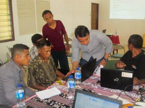 Para peserta mendapat bimbingan dari fasilitator. (Foto: Yuven Wangge)