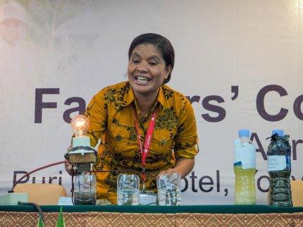Ibu Maria Suel menunjukkan cara kerja alat pendeteksi unsur hara kepada para peserta. (Foto: Martin Dody K.)