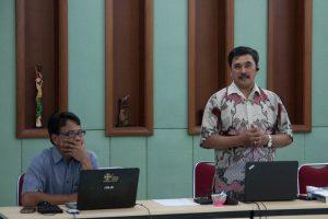 Romo Adrianus Suyadi, SJ dan Bapak Antonius Agus Haryanta memberi materi pembuka pada hari pertama workshop (Foto: Y. Baskoro).