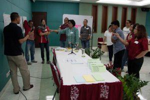 Para peserta workshop melakukan diskusi pleno tentang hasil analisis kerentanan dan kapasitas lembaga (Foto: Martin Dody K).