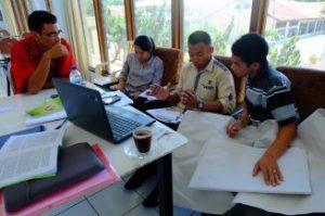 Para peserta sedang berdiskusi untuk menemukan isu advokasi di keuskupan masing-masing. (Foto: Martin Dody K./KARINA)