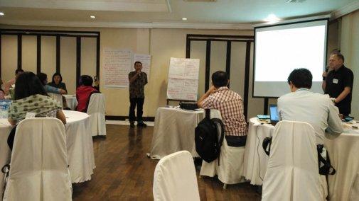 Suasana lokalatih di dalam ruang pertemuan di Hotel Mercure Vientiane, Laos (Foto: Y. Baskoro).