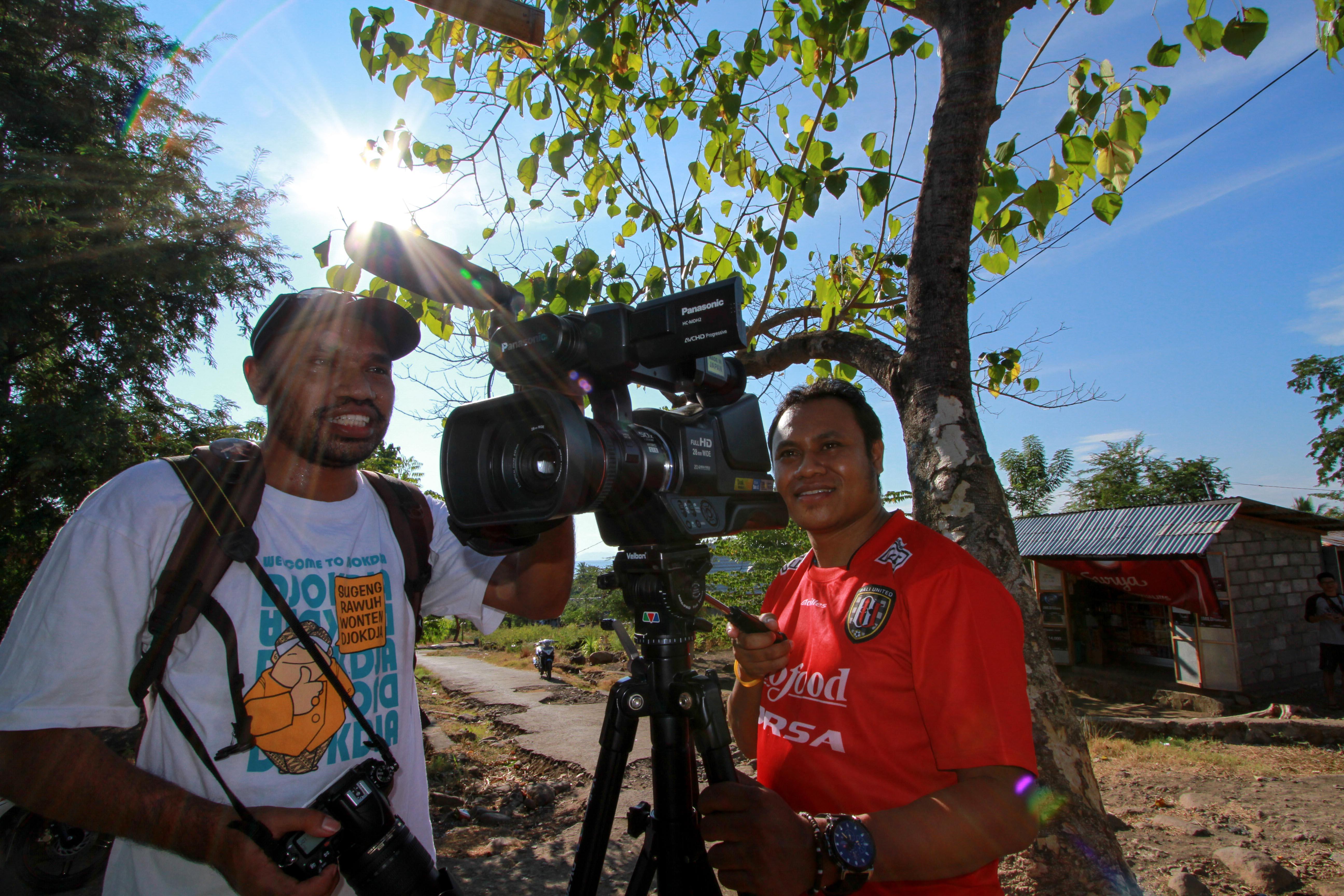 RD. Andre Lanus dan RD. Yohanes Kiri saat pengambilan gambar di Desa Hewuli (Foto: M. Dody Kumoro)