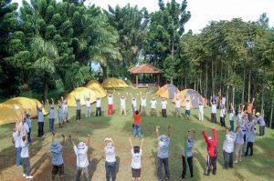 Para peserta melakukan kegiatan outbond. (Foto: Danica Coloay)