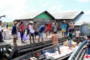 Barang bantuan berupa paket-paket sembako mulai dibagikan kepada warga terdampak (Foto: Caritas Palangkaraya).