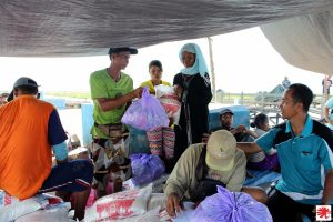 Suasana pembagian paket sembako kepada warga terdampak (Foto: Caritas Palangkaraya).