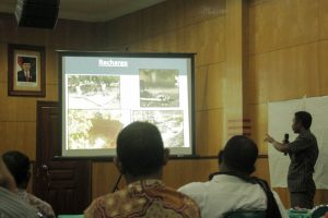 Anselmus Raja, Fasilitator Proyek Min Flores CPSE-KM, menjelaskan Metode 3R (Foto: Jhonny Anthony)