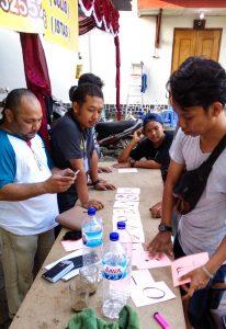 Tugas rutin di pos pelayanan paroki adalah memastikan barang-barang bantuan sampai kepada mereka yang membutuhkan (Foto: Danica Coloay).