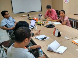 Russell Maier dan Ani Himawati (atas) memberikan penjelasan kepada KARINA (foto: Y. Baskoro)