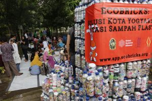 Gerakan ecobricks di Jogja (Foto: http://www.ecobricks.org/2016/06/03/grand-ecobrick-unveiling-jogja/).