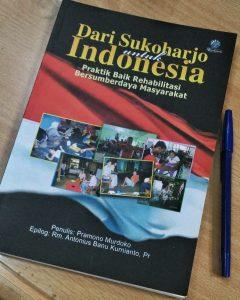 Buku yang menjadi bahan diskusi (Foto: KARINA).