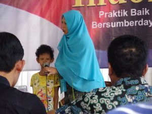 Sentra menyanyi untuk para tamu. Ia adalah salah satu anak yang bergabung di Sanggar Anak Desa Nguter, Sukoharjo (Foto: KARINA).
